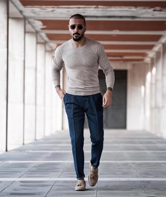 Wie kombinieren: hellbeige Pullover mit einem Rundhalsausschnitt, dunkelblaue Chinohose, hellbeige Wildleder Slipper mit Quasten, schwarze und goldene Sonnenbrille