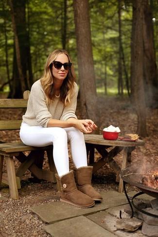 Wie kombinieren: hellbeige Pullover mit einem Rundhalsausschnitt, weiße enge Jeans, braune Ugg Stiefel, dunkelbraune Sonnenbrille