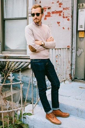 Wie kombinieren: hellbeige Pullover mit einem Rundhalsausschnitt, rotes und weißes Langarmhemd mit Schottenmuster, dunkelblaue Jeans, rotbraune Lederfreizeitstiefel