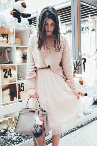 Wie kombinieren: hellbeige Pullover mit einem Rundhalsausschnitt, rosa Midirock aus Chiffon, graue Shopper Tasche aus Leder, schwarzer Ledergürtel