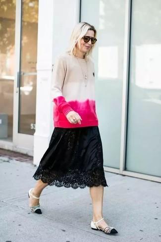 Wie kombinieren: hellbeige Mit Batikmuster Pullover mit einem Rundhalsausschnitt, schwarzer Midirock aus Spitze, schwarze und weiße Leder Ballerinas, braune Sonnenbrille