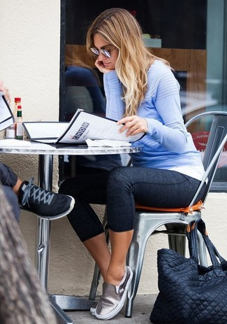 Dunkelgraue Leggings kombinieren: trends 2020: Um ein müheloses, lässiges Outfit zu erzielen, sind ein hellblauer Pullover mit einem Rundhalsausschnitt und dunkelgraue Leggings ganz hervorragend geeignet. Silberne Slip-On Sneakers aus Leder sind eine großartige Wahl, um dieses Outfit zu vervollständigen.