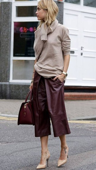 Wie kombinieren: hellbeige Pullover mit einem Rundhalsausschnitt, dunkelroter Hosenrock aus Leder, hellbeige Leder Pumps, dunkelrote Satchel-Tasche aus Leder