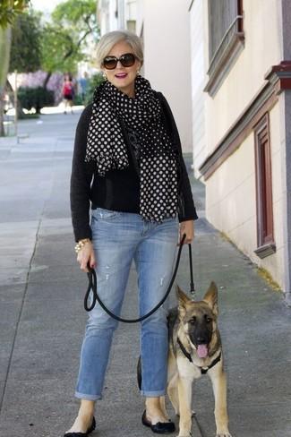 Wie kombinieren: schwarzer Pullover mit einem Rundhalsausschnitt, hellblaue Jeans, schwarze Leder Ballerinas, schwarzer und weißer gepunkteter Schal
