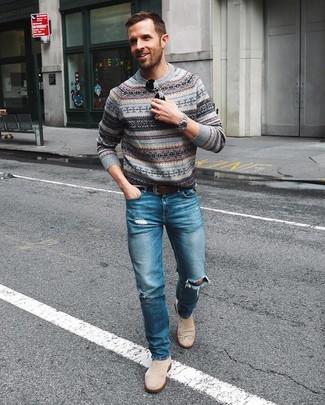 Wie kombinieren: grauer Pullover mit einem Rundhalsausschnitt mit Norwegermuster, blaue Jeans mit Destroyed-Effekten, hellbeige Chelsea-Stiefel aus Wildleder, dunkelbrauner Ledergürtel