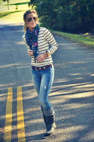 Wie kombinieren: weißer und dunkelblauer horizontal gestreifter Pullover mit einem Rundhalsausschnitt, blaue Jeans, schwarze Leder mittelalte Stiefel, dunkelbrauner Ledergürtel