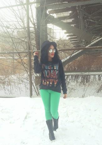 Wie kombinieren: schwarzer bedruckter Pullover mit einem Rundhalsausschnitt, grüne Jeans, schwarze Leder mittelalte Stiefel, schwarzer Wollhut