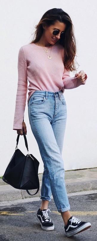 Wie kombinieren: rosa Pullover mit einem Rundhalsausschnitt, hellblaue Jeans, schwarze und weiße Segeltuch niedrige Sneakers, schwarze Shopper Tasche aus Leder