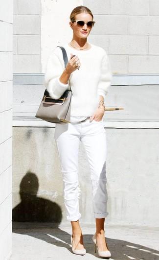 Wie kombinieren: weißer flauschiger Pullover mit einem Rundhalsausschnitt, weiße Jeans, hellbeige Wildleder Pumps, graue Leder Umhängetasche