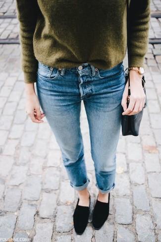 Wie kombinieren: olivgrüner Pullover mit einem Rundhalsausschnitt, blaue Jeans, schwarze Wildleder Slipper, schwarze Leder Umhängetasche