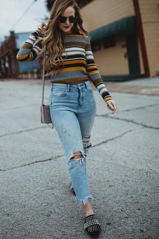 Wie kombinieren: mehrfarbiger horizontal gestreifter Pullover mit einem Rundhalsausschnitt, hellblaue Jeans mit Destroyed-Effekten, schwarze verzierte Wildleder Slipper, graue Leder Umhängetasche
