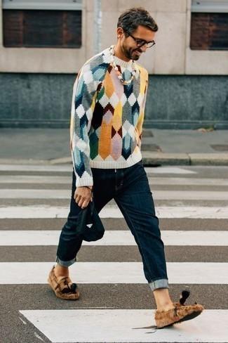 Dunkelblaue Segeltuch Clutch Handtasche kombinieren: trends 2020: Für ein bequemes Couch-Outfit, kombinieren Sie einen mehrfarbigen Pullover mit einem Rundhalsausschnitt mit einer dunkelblauen Segeltuch Clutch Handtasche. Fühlen Sie sich ideenreich? Vervollständigen Sie Ihr Outfit mit beige Segeltuch Slippern mit Quasten.