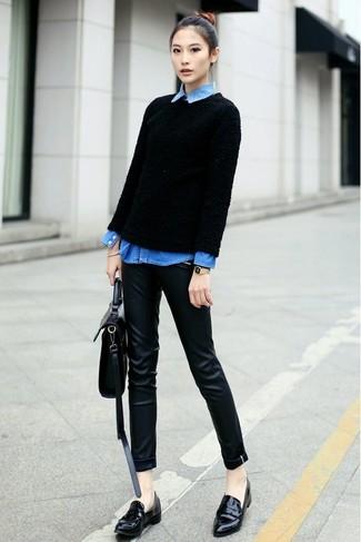 Wie kombinieren: schwarzer Pullover mit einem Rundhalsausschnitt mit Reliefmuster, blaues Jeanshemd, schwarze enge Hose aus Leder, schwarze Leder Slipper