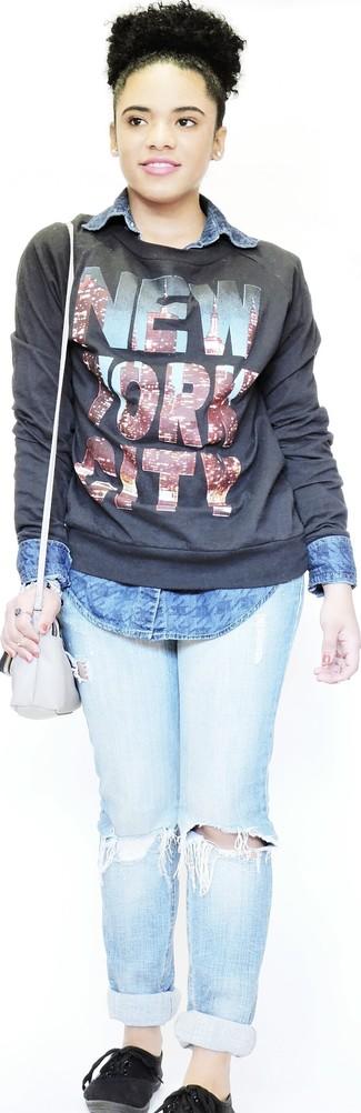 Wie kombinieren: schwarzer bedruckter Pullover mit einem Rundhalsausschnitt, blaues Jeanshemd, hellblaue enge Jeans mit Destroyed-Effekten, schwarze Leinenschuhe