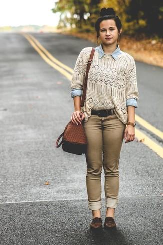 Wie kombinieren: hellbeige Häkel Pullover mit einem Rundhalsausschnitt, hellblaues Jeanshemd, braune enge Jeans, dunkelbraune Leder Oxford Schuhe