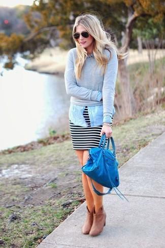 Wie kombinieren: grauer Pullover mit einem Rundhalsausschnitt, hellblaues Jeanshemd, schwarzer und weißer horizontal gestreifter Minirock, hellbeige Wildleder Stiefeletten