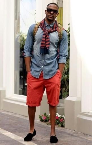 roter und dunkelblauer horizontal gestreifter Pullover mit einem Rundhalsausschnitt, graues Jeanshemd, rote Shorts, schwarze Slip-On Sneakers aus Wildleder für Herren