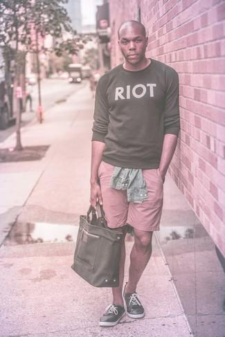 Dunkelgrauen Pullover mit einem Rundhalsausschnitt kombinieren für Sommer: trends 2020: Entscheiden Sie sich für einen dunkelgrauen Pullover mit einem Rundhalsausschnitt und rosa Shorts für ein sonntägliches Mittagessen mit Freunden. Schwarze Leinenschuhe sind eine großartige Wahl, um dieses Outfit zu vervollständigen. Was für eine schöne Sommer-Look Idee!
