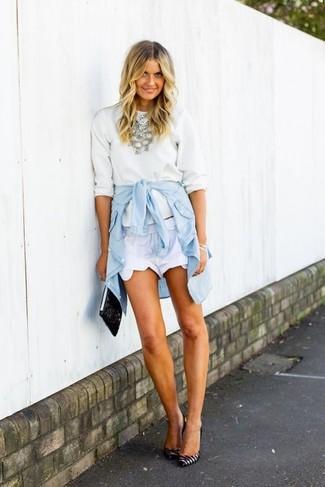 Wie kombinieren: weißer Pullover mit einem Rundhalsausschnitt, hellblaues Jeanshemd, weiße Shorts, weiße und schwarze horizontal gestreifte Leder Pumps