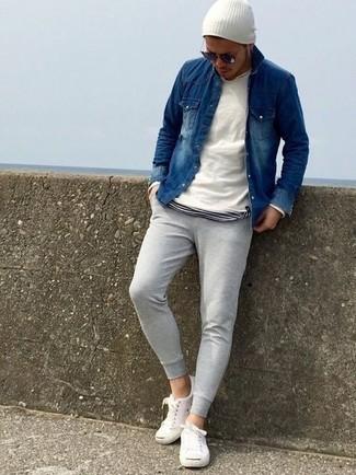 Wie kombinieren: weißer Pullover mit einem Rundhalsausschnitt, dunkelblaues Jeanshemd, weißes und schwarzes horizontal gestreiftes T-Shirt mit einem Rundhalsausschnitt, graue Jogginghose