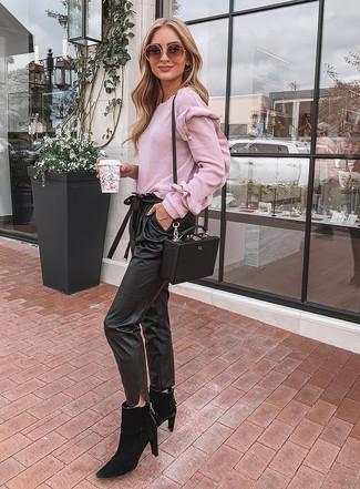 Schwarze Chelsea Boots aus Wildleder kombinieren – 25 Damen Outfits: Probieren Sie diese Kombi aus einem rosa Pullover mit einem Rundhalsausschnitt und einer schwarzen Karottenhose aus Leder für ein Freizeit-Outfit, das, Charme und Persönlichkeit vermittelt. Fühlen Sie sich ideenreich? Ergänzen Sie Ihr Outfit mit schwarzen Chelsea Boots aus Wildleder.