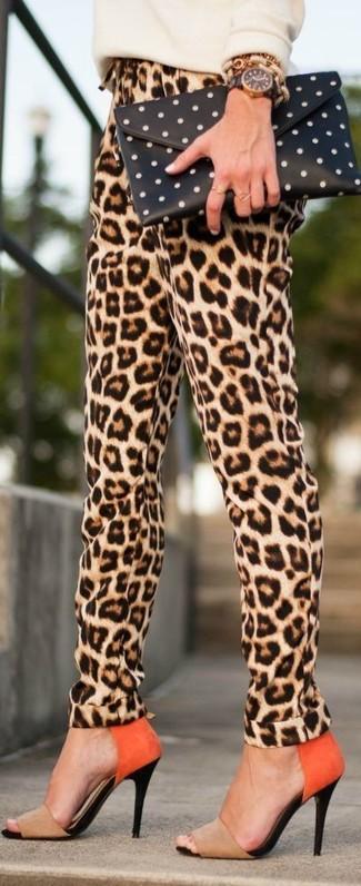 Wie kombinieren: hellbeige Pullover mit einem Rundhalsausschnitt, beige Karottenhose mit Leopardenmuster, beige Wildleder Sandaletten, schwarze und weiße gepunktete Clutch