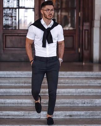 Smart-Casual Outfits Herren 2020: Kombinieren Sie einen schwarzen Pullover mit einem Rundhalsausschnitt mit einer schwarzen Chinohose, um mühelos alles zu meistern, was auch immer der Tag bringen mag. Machen Sie Ihr Outfit mit schwarzen Wildleder Slippern mit Quasten eleganter.