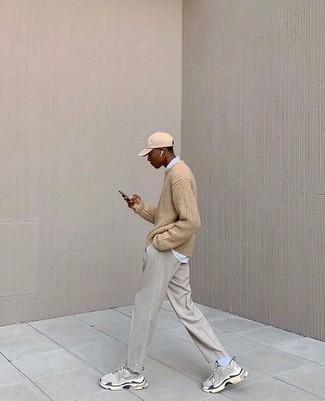 Graue Chinohose kombinieren – 500+ Herren Outfits: Vereinigen Sie einen beige Pullover mit einem Rundhalsausschnitt mit einer grauen Chinohose, um einen lockeren, aber dennoch stylischen Look zu erhalten. Suchen Sie nach leichtem Schuhwerk? Vervollständigen Sie Ihr Outfit mit grauen Sportschuhen für den Tag.