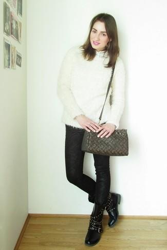 Braune bedruckte Satchel-Tasche aus Leder kombinieren: trends 2020: Ein weißer flauschiger Pullover mit einem Rundhalsausschnitt und eine braune bedruckte Satchel-Tasche aus Leder haben ein gelassenes Flair und komplementieren so Ihre Casual-Garderobe. Setzen Sie bei den Schuhen auf die klassische Variante mit schwarzen beschlagenen flache Stiefel mit einer Schnürung aus Leder.