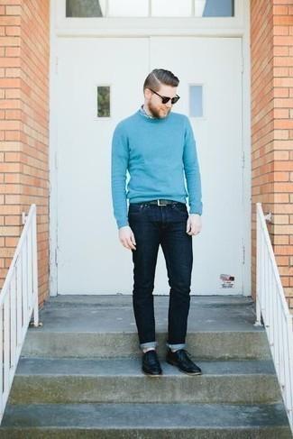 Schwarze Sonnenbrille kombinieren: trends 2020: Für ein bequemes Couch-Outfit, tragen Sie einen hellblauen Pullover mit einem Rundhalsausschnitt und eine schwarze Sonnenbrille. Fühlen Sie sich mutig? Wählen Sie schwarzen Leder Oxford Schuhe.