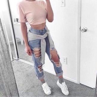 30 Jährige: Grauen Pullover mit einem Rundhalsausschnitt kombinieren – 19 Sommer Damen Outfits: Probieren Sie die Kombi aus einem grauen Pullover mit einem Rundhalsausschnitt und hellblauen Boyfriend Jeans mit Destroyed-Effekten für einen entspannten Wochenend-Look. Fühlen Sie sich mutig? Vervollständigen Sie Ihr Outfit mit weißen niedrigen Sneakers. Ein stylischer Look für den Sommer.