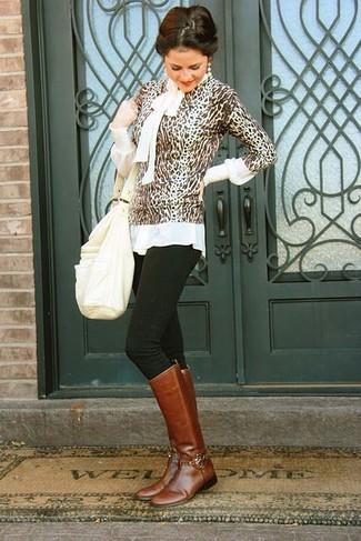 Wie kombinieren: brauner Pullover mit einem Rundhalsausschnitt mit Leopardenmuster, weiße Langarmbluse, schwarze enge Jeans, braune kniehohe Stiefel aus Leder