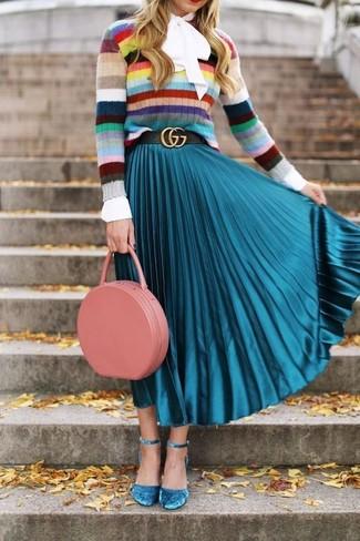 mehrfarbiger horizontal gestreifter Pullover mit einem Rundhalsausschnitt, weiße Langarmbluse, türkiser Falten Midirock, türkise Wildleder Pumps für Damen