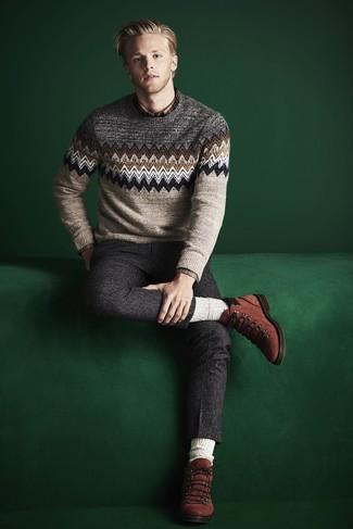 Wie kombinieren: hellbeige Pullover mit einem Rundhalsausschnitt mit Fair Isle-Muster, braunes Langarmhemd mit Schottenmuster, dunkelgraue Wollanzughose, rotbraune Wildlederfreizeitstiefel