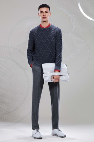 Wie kombinieren: dunkelgrauer Pullover mit einem Rundhalsausschnitt, rotes Langarmhemd, dunkelgraue Wollanzughose, graue Leder Derby Schuhe