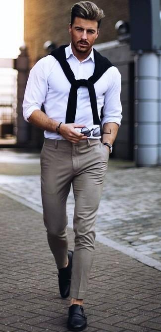 Wie kombinieren: schwarzer Pullover mit einem Rundhalsausschnitt, weißes Langarmhemd, graue Anzughose, schwarze Doppelmonks aus Leder