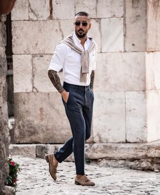 Wie kombinieren: hellbeige Pullover mit einem Rundhalsausschnitt, weißes Langarmhemd, dunkelblaue Anzughose, braune Wildleder Slipper mit Quasten