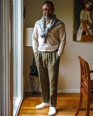 Herren Outfits 2020: Erwägen Sie das Tragen von einem grauen Pullover mit einem Rundhalsausschnitt und einer olivgrünen Leinen Anzughose für einen stilvollen, eleganten Look. Warum kombinieren Sie Ihr Outfit für einen legereren Auftritt nicht mal mit weißen Slip-On Sneakers aus Segeltuch?