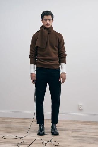 Braunen Pullover mit einem Rundhalsausschnitt kombinieren – 143 Herren Outfits: Tragen Sie einen braunen Pullover mit einem Rundhalsausschnitt und eine schwarze Cargohose für ein Alltagsoutfit, das Charakter und Persönlichkeit ausstrahlt. Vervollständigen Sie Ihr Outfit mit schwarzen Chelsea Boots aus Leder, um Ihr Modebewusstsein zu zeigen.