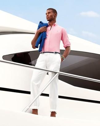 Wie kombinieren: blauer Pullover mit einem Rundhalsausschnitt, rosa Langarmhemd, weiße Chinohose, schwarzer geflochtener Ledergürtel