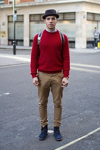 Dunkelblaue Wildlederfreizeitstiefel kombinieren: trends 2020: Tragen Sie einen roten Pullover mit einem Rundhalsausschnitt und eine beige Chinohose für ein sonntägliches Mittagessen mit Freunden. Schalten Sie Ihren Kleidungsbestienmodus an und machen eine dunkelblaue Wildlederfreizeitstiefel zu Ihrer Schuhwerkwahl.