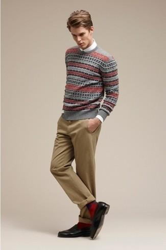 Wie kombinieren: grauer Pullover mit einem Rundhalsausschnitt mit Fair Isle-Muster, weißes Langarmhemd, beige Chinohose, schwarze Leder Slipper