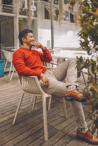 Wie kombinieren: orange Pullover mit einem Rundhalsausschnitt, weißes und rotes und dunkelblaues Langarmhemd mit Schottenmuster, hellbeige Chinohose, braune Leder Derby Schuhe