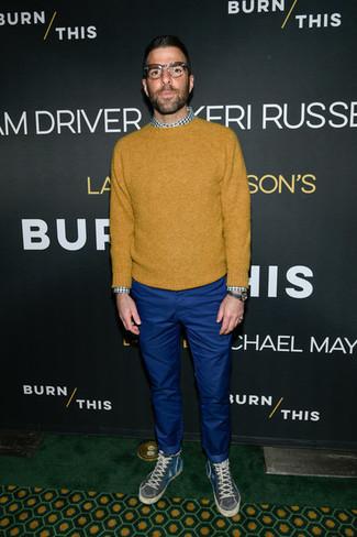 Senf Pullover mit einem Rundhalsausschnitt kombinieren: trends 2020: Paaren Sie einen senf Pullover mit einem Rundhalsausschnitt mit einer blauen Chinohose für ein großartiges Wochenend-Outfit. Warum kombinieren Sie Ihr Outfit für einen legereren Auftritt nicht mal mit dunkelgrauen hohen Sneakers?