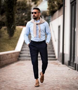 Wie kombinieren: hellbeige Pullover mit einem Rundhalsausschnitt, hellblaues Langarmhemd, dunkelblaue Chinohose, braune Wildleder Slipper mit Quasten