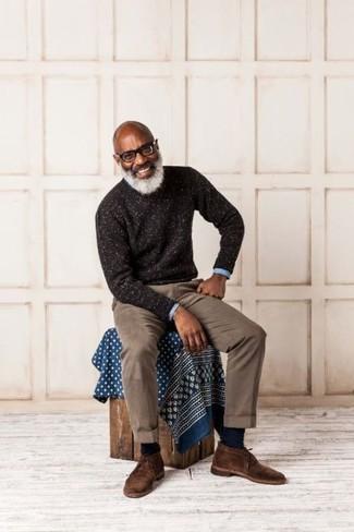 Wie kombinieren: dunkelbrauner Pullover mit einem Rundhalsausschnitt, hellblaues Langarmhemd, braune Chinohose, dunkelbraune Chukka-Stiefel aus Wildleder