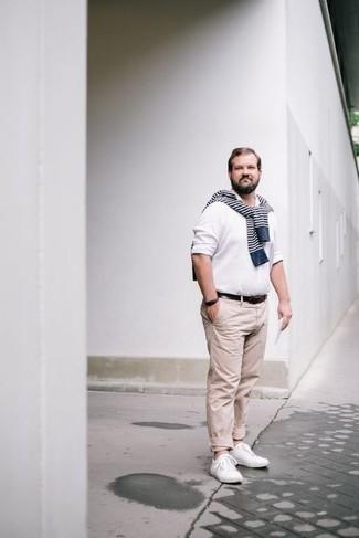 Herren Outfits & Modetrends 2020: Kombinieren Sie einen dunkelblauen und weißen horizontal gestreiften Pullover mit einem Rundhalsausschnitt mit einer hellbeige Chinohose, um einen lockeren, aber dennoch stylischen Look zu erhalten. Vervollständigen Sie Ihr Look mit weißen Segeltuch niedrigen Sneakers.