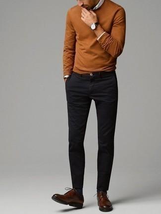 Rotbraunen Pullover mit einem Rundhalsausschnitt kombinieren – 148 Herren Outfits: Entscheiden Sie sich für einen rotbraunen Pullover mit einem Rundhalsausschnitt und eine schwarze Chinohose für einen bequemen Alltags-Look. Fühlen Sie sich ideenreich? Entscheiden Sie sich für braunen Leder Derby Schuhe.