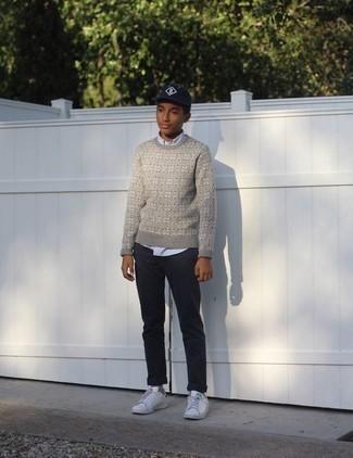 Teenager: Weiße und grüne Leder niedrige Sneakers kombinieren – 2 Herren Outfits: Kombinieren Sie einen grauen Pullover mit einem Rundhalsausschnitt mit Norwegermuster mit einer dunkelblauen Chinohose für ein großartiges Wochenend-Outfit. Weiße und grüne Leder niedrige Sneakers sind eine ideale Wahl, um dieses Outfit zu vervollständigen.