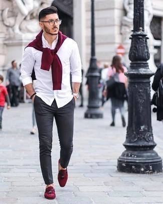 Silberne Uhr kombinieren – 500+ Herren Outfits: Ein dunkelroter Pullover mit einem Rundhalsausschnitt und eine silberne Uhr sind das Outfit Ihrer Wahl für faule Tage. Putzen Sie Ihr Outfit mit dunkelroten Wildleder Slippern mit Quasten.